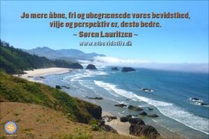 Foto: Storslået landskab med udsigt over bakker, hav og strand. Tekst: Jo mere åbne, fri og ubegrænsede vores bevidsthed, vilje og perspektiv er, desto bedre. (Søren Lauritzen)