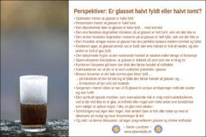 Foto: Frostbelagt glas med væske i. Tekst: Fortælling om perspektiver på hvorvidt galsset er halvt fyldt eller halvt tomt. (Søren Lauritzen)