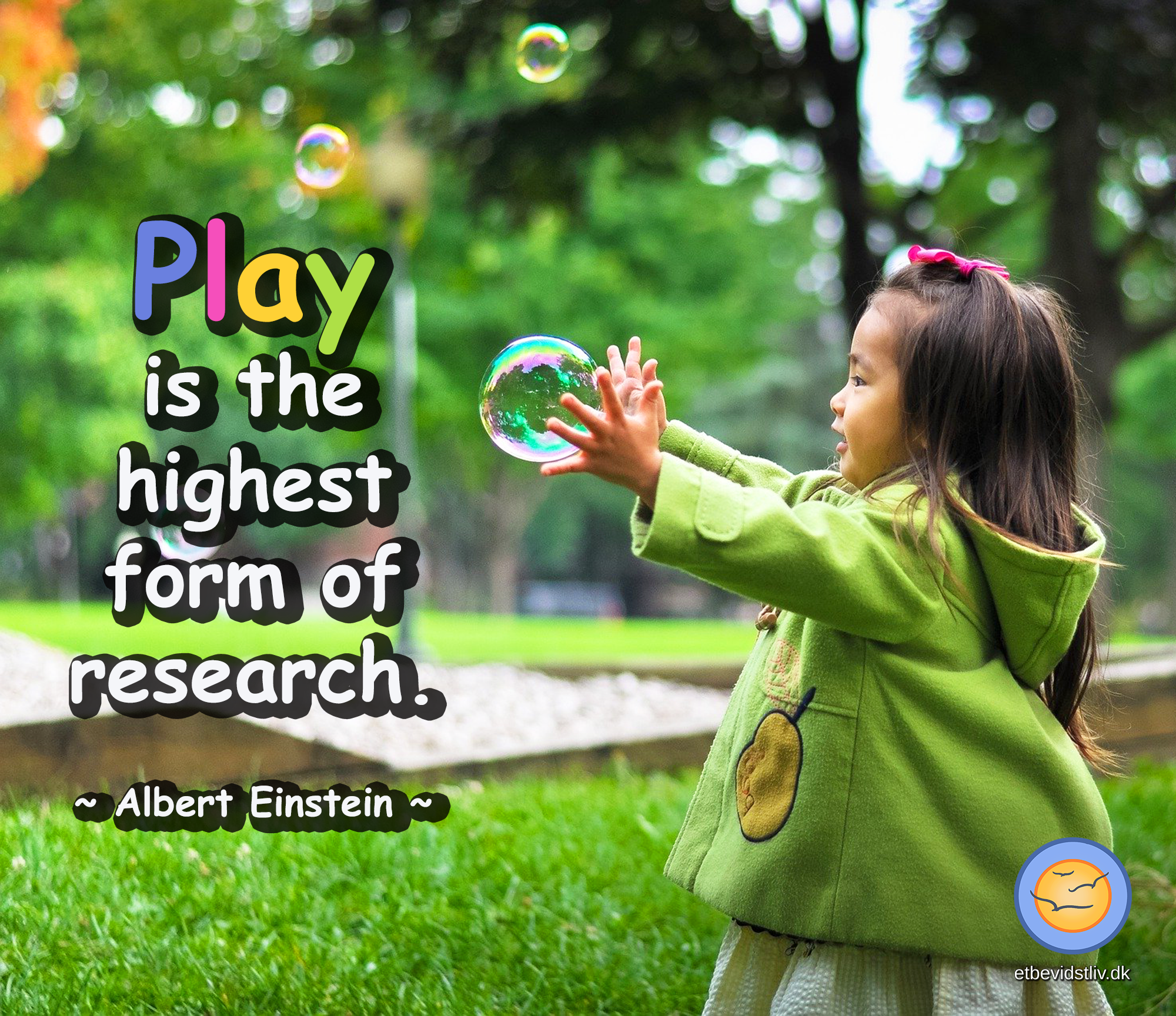 Citat af Albert Einstein: Play is the highest form of research. Lille pige leger med bobler.