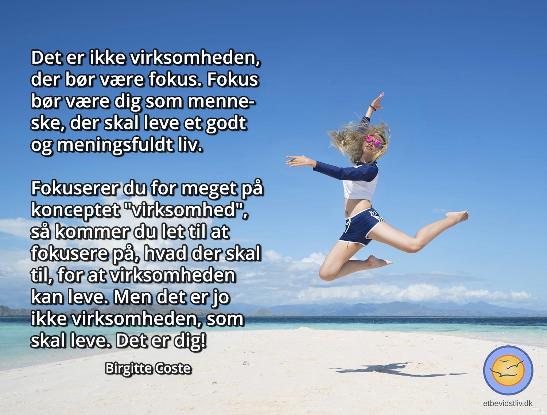 Virksomhedsopstart: Er fokus på dig eller på virksomheden. Pige hopper på strand. Citat om at starte egen virksomhed.