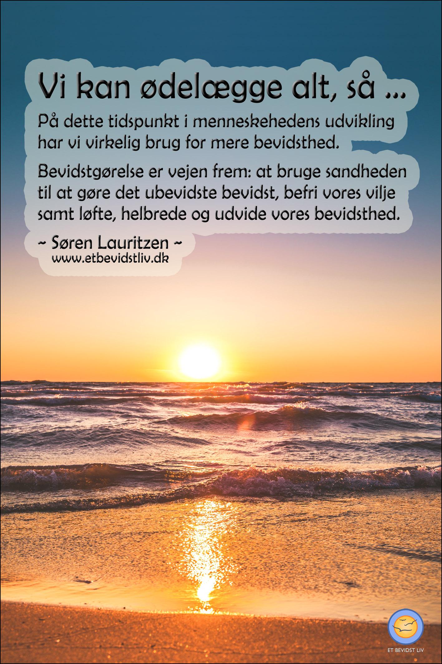 Foto: Vid udsigt over havet i en begyndende solnedgang. Tekst: Vi mennesker kan ødelægge os selv, så vi har virkelig brug for mere bevidsthed og vilje. (Søren Lauritzen)