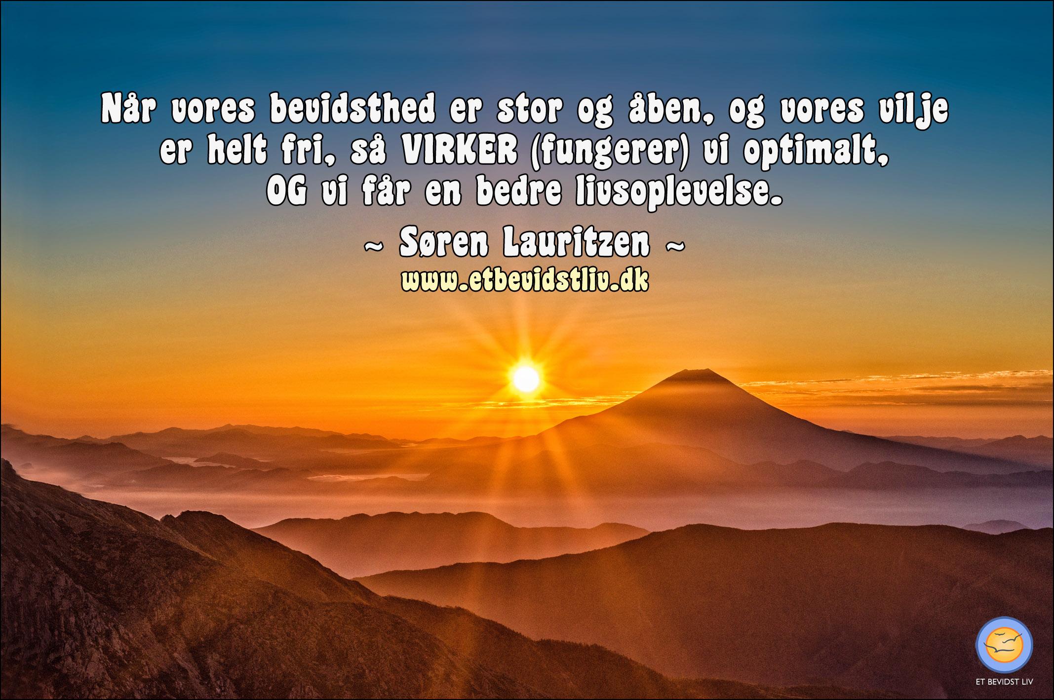 Foto: Vid udsigt over bjergtoppe i en begyndende solnedgang. Tekst: Når vores bevidsthed er stor og åben, og vores vilje er helt fri, så VIRKER (fungerer) vi optimalt, OG vi får en bedre livsoplevelse. (Søren Lauritzen)