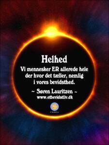 FOTO: Solen dækket af månen, så den blot bliver en smal, lysende cirkel. TEKST: Helhed: Vi mennesker ER allerede hele der hvor det tæller, nemlig i vores bevidsthed. (Søren Lauritzen)