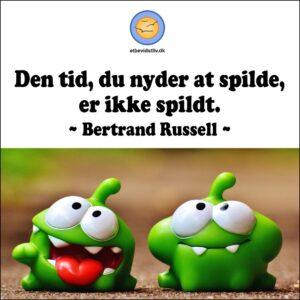 Billede af sjove grønne figurer. Den tid, du nyder at spilde, er ikke spildt. Citat af Bertrand Russel.