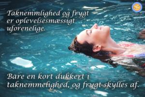 Billede af kvinde på ryggen i vandet. Taknemmelighed og frygt er oplevelsesmæssigt uforenelige.
