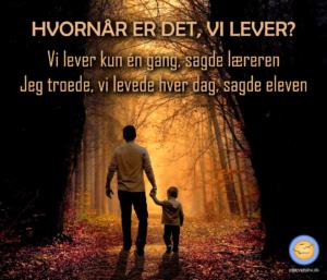Billede af far og søn i lysning i skoven. Vise ord om, hvornår er det vi lever. Svaret er, hver dag.