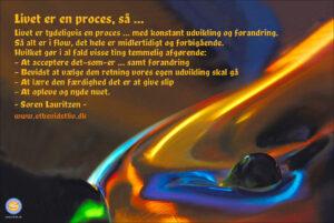 Billede af farvet væske. Livet er en proces. Søren Lauritzen.