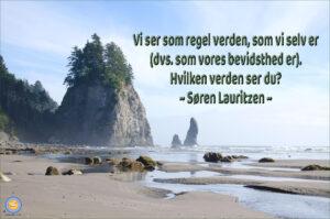 FOTO: Strand med træer og klipper. TEKST: Vi ser som regel verden, som vi selv er, dvs. som vores bevidsthed er. Hvilken verden ser du? (Søren Lauritzen)